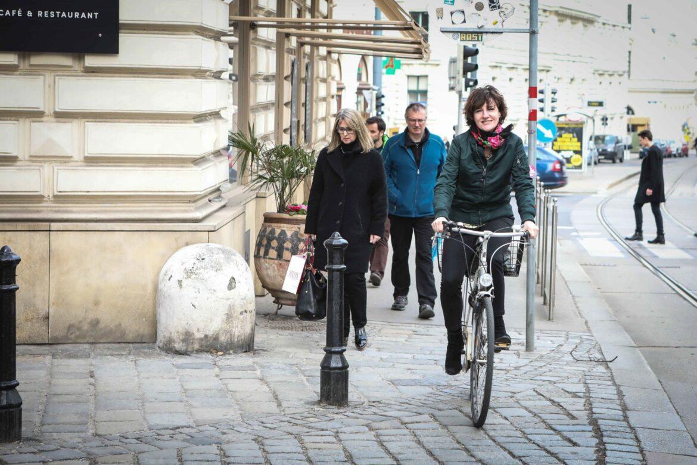 Doris Knecht mit Fahrrad