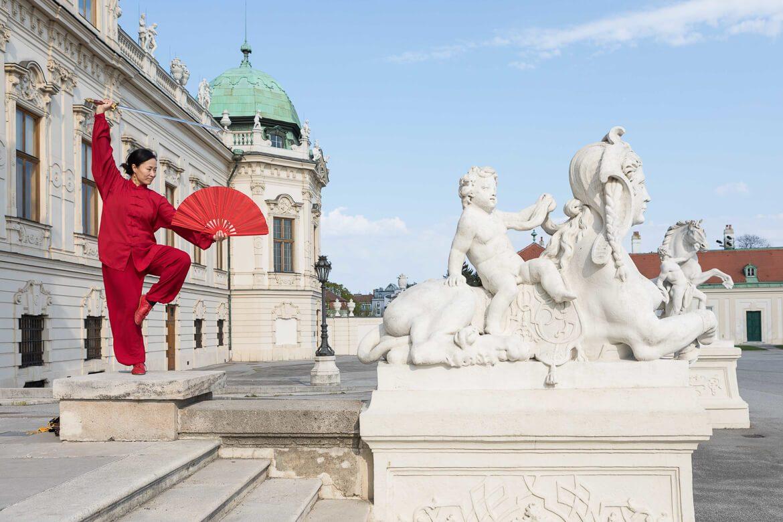 Yonghui Deistler trainiert Taijiquan vor dem Kunsthistorischen Museum in Wien