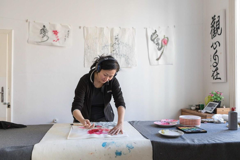 Die Künstelrin Yongui Deistler in ihrem Atelier in Wien