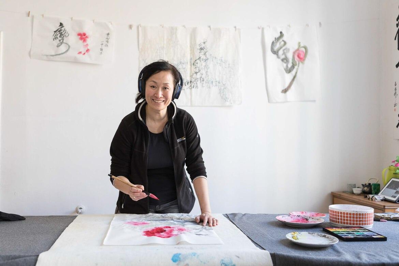 Die Künstlerin Yonghui Deistler in ihrem Atelier