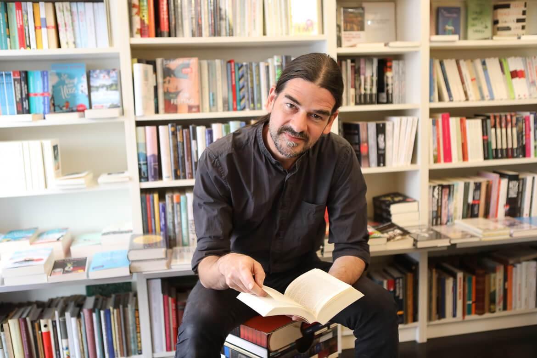 Tilman Eder liest in seinem Buchgeschaeft, bookshop in Vienna, Wien Josefstadt