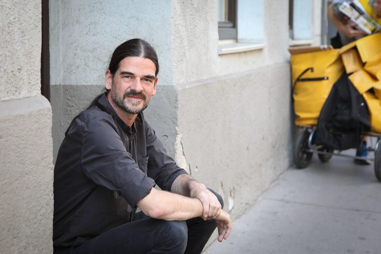 Tilman Eder vor seinem Buchladen in der Strozzigasse, Erlkönig, Buchhändler