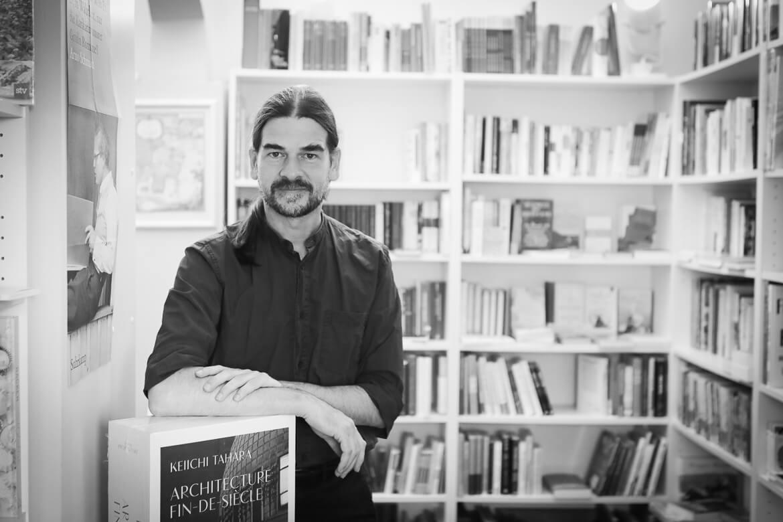 Tilman Eder mit dem  Prachtband von Keiichi Tahara, Architecture Fin-de-Siecle