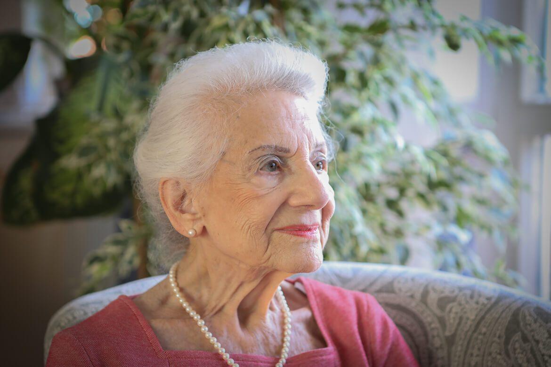 alte Dame, old woman, secretary
