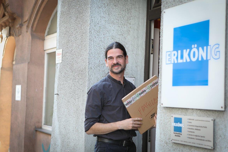 Tilman Eder vor seinem Buchladen ERLKÖNIG in Wien Josefstadt