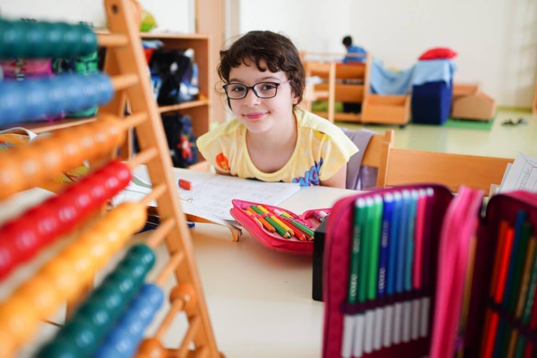 Kinder bekommen von den Freiwilligen Helfern von Frei.Spiel Aufmerksamkeit
